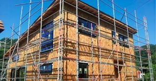 外気を入れない基礎断熱は、気密スペーサーを使用して、基礎と土台の隙間や、ベタ基礎の打ち継ぎ目などの気密性を維持することで湿気を寄せ付けず、効率の良い室内換気を行うことで、住まいの高耐久・省エネルギーを実現します。