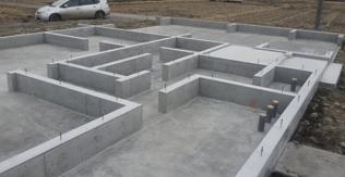 ベタ基礎により更に気密性を高めた輝度玉工事が行われます。