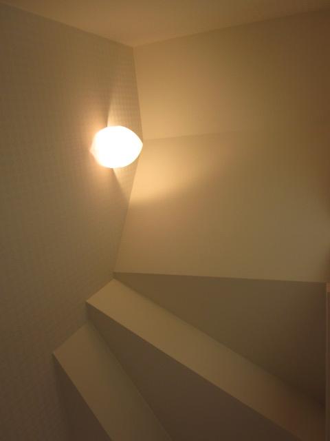 茅野市K.Y様邸 階段下を利用したトイレの天井は照明の光で芸術的な天井に