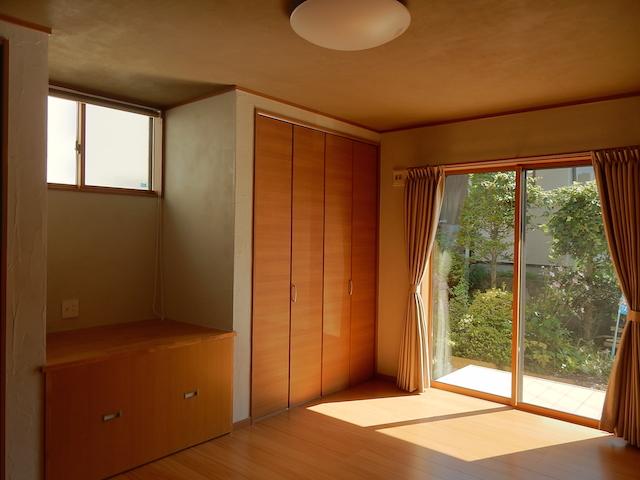 諏訪市K.Y様邸 天井と壁を漆喰で仕上げた寝室は安心で快適な眠りへと誘ってくれます
