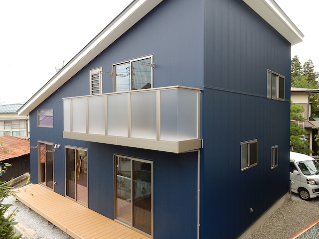 諏訪市K.Y様邸 ブルーの外壁にシルバーのサッシがカッコイイ外観
