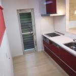 キッチンとロールスクリーンを赤でコーディネート
