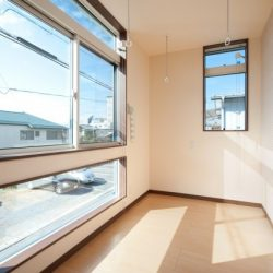 太陽の光が窓いっぱいに差し込む室内物干しスペース