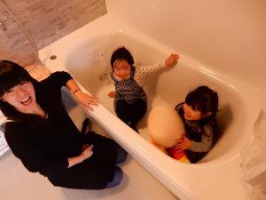 お風呂の中で楽しそう