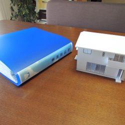 お客様に渡す取扱説明書ファイルと住宅模型