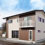 外壁材を2色で貼り分けた住宅の外観
