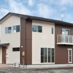 外壁材を2色で貼り分けた住宅の外観 k