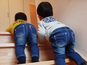 階段を仲良くあがる双子の男の子