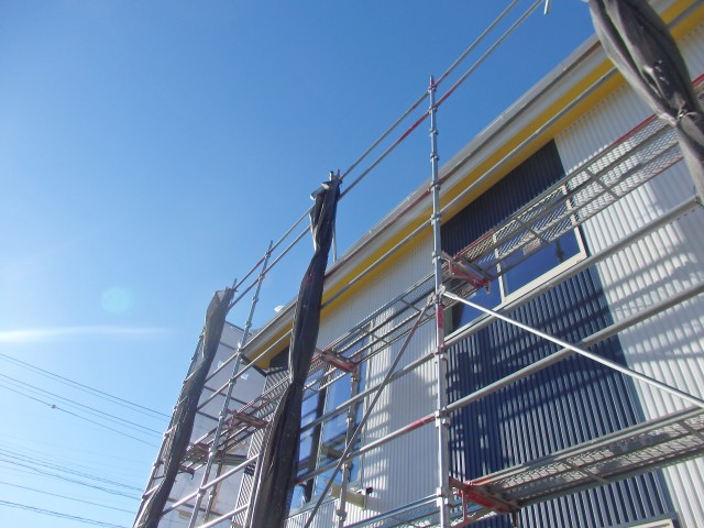 白と青の外壁材貼り分けと黄色の軒天