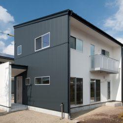 黒と白のシンプルスタイリッシュな外壁貼り分け