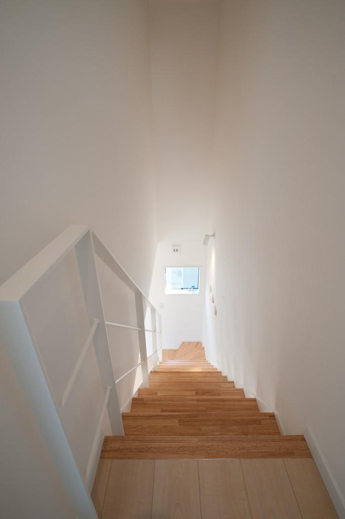 スッキリとした雰囲気の室内鉄骨階段