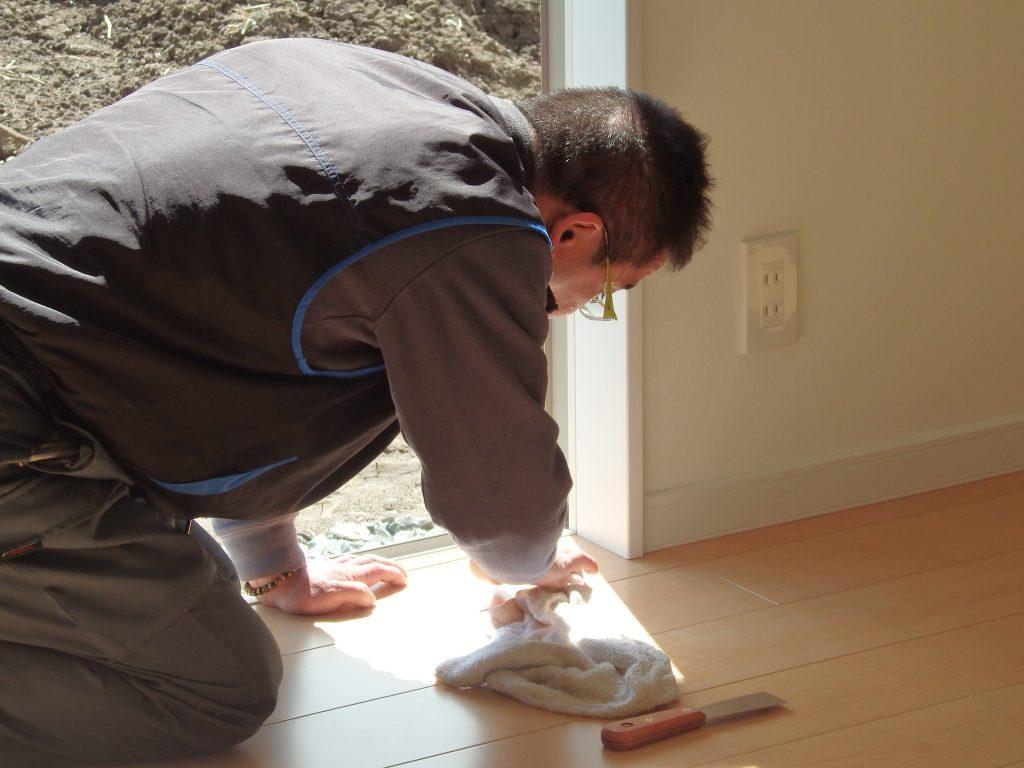 現場監督も自ら住宅をお掃除