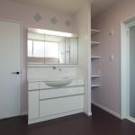 ラベンター色の壁紙 洗面脱衣室