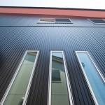 モダン住宅 外壁は、黒色の金属サイディング