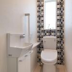 レトロ感も思わせる内装のトイレ