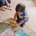 初めて見る道具に興味津々な子どもちゃん