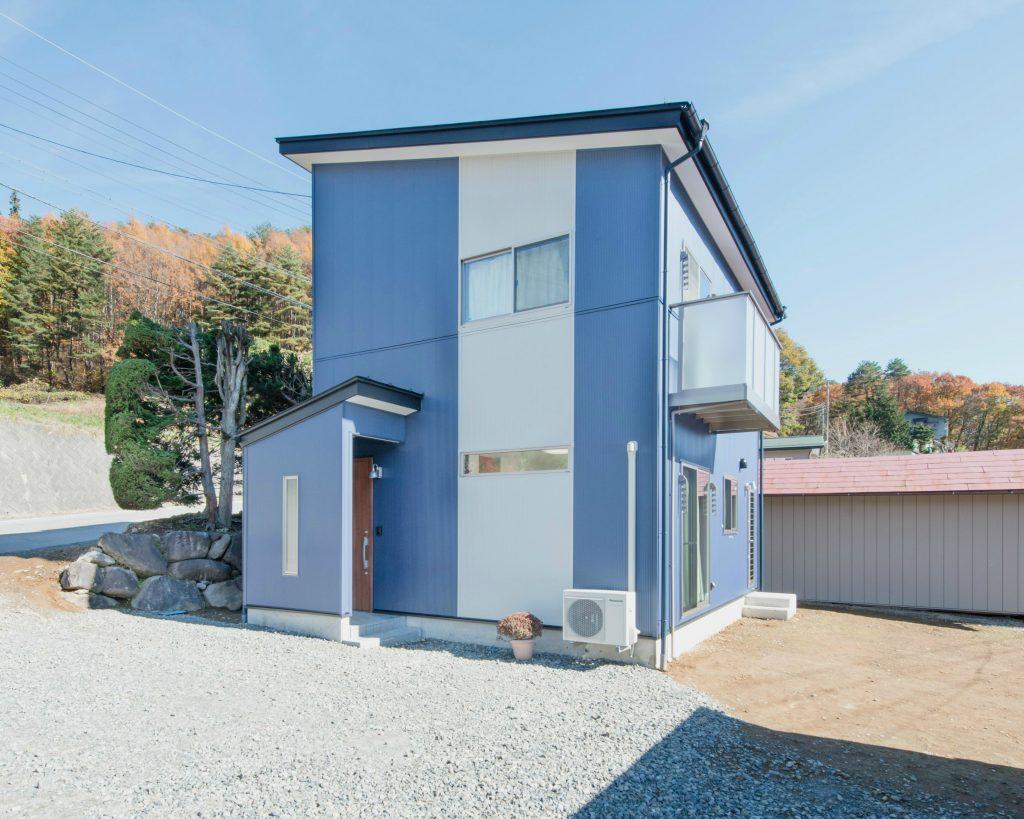 24坪 コンパクトハウス 外観 青 金属サイディング fn01