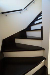 30坪 4LDK の家 ダークブラウンのモダンな階段
