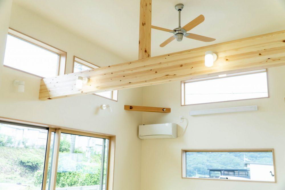 天井が高く、高窓から自然光が降りそそぐ