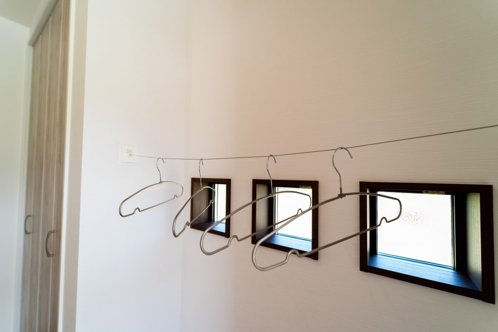 玄関にはちょこっと掛けに便利なワイヤーを設置