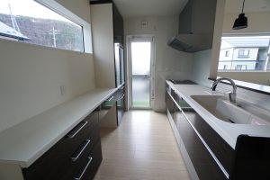 5人家族の食器や食材をたっぷり収納できる大容量キッチン