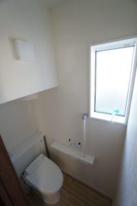 30坪4LDKの家に設置された階段下を利用したトイレ