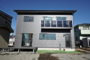 ブラック一色で統一されたサイディングの外壁